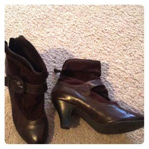 Shoes - Brown zip up booties Size 8